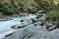 Ορμητικά σημεία ποταμού και καταρράκτης του ποταμού βουνών Στοκ Εικόνες