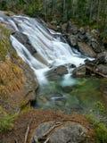 Ορμητικά σημεία ποταμού καταρρακτών σε ένα ρεύμα βουνών Στοκ Εικόνες
