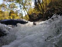 Ορμητικά σημεία ποταμού νερού στοκ εικόνες