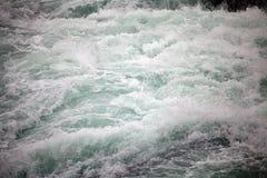 Ορμητικά σημεία ποταμού του ποταμού Paine Torres del Paine στο National πάρκο, περιοχή Magallanes, της νότιας Χιλής Στοκ Φωτογραφία