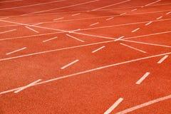 Ορμούμενη τρέχοντας διαδρομή σταδίων αθλητισμού γραμμών στο αθλητικό στάδιο Στοκ φωτογραφία με δικαίωμα ελεύθερης χρήσης