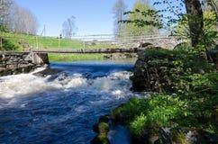 Ορμώντας νερό κάτω από τη γέφυρα Στοκ Φωτογραφίες