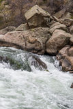 Ορμώντας νερό ποταμού ρευμάτων μέσω του φαραγγιού Κολοράντο ένδεκα μιλι'ου Στοκ Φωτογραφίες