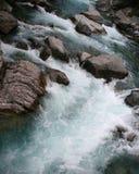 Ορμώντας νερό που ρέει πέρα από τους βράχους στα ορμητικά σημεία ποταμού στοκ φωτογραφία με δικαίωμα ελεύθερης χρήσης