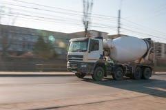 Ορμώντας φορτηγό τσιμέντου στοκ εικόνα με δικαίωμα ελεύθερης χρήσης