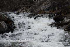 Οροσειρά ορμητικά σημεία ποταμού της Νεβάδας στο μικρό ποταμό στοκ εικόνες με δικαίωμα ελεύθερης χρήσης
