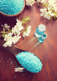 Ορυκτά άλατα λουτρών, πήκτωμα ντους, πετσέτες και λουλούδια στον ξύλινο πίνακα Στοκ εικόνα με δικαίωμα ελεύθερης χρήσης