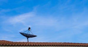 δορυφορικός ουρανός στεγών πιάτων στοκ εικόνες με δικαίωμα ελεύθερης χρήσης