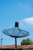 δορυφόρος στεγών πιάτων Στοκ Εικόνες