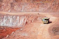 Ορυχείο λατομείων porphyry του βράχου φορτηγό εκφορτωτών που οδηγεί γύρω στοκ φωτογραφία με δικαίωμα ελεύθερης χρήσης