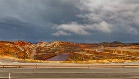 Ορυχείο και δρόμος του Ρίο Tinto τη θυελλώδη ημέρα, ευρεία γωνία Στοκ φωτογραφία με δικαίωμα ελεύθερης χρήσης