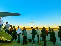 Ορυχείο της Φρανκφούρτης AM, Γερμανία - 15 Ιουνίου 2016: Οι άνθρωποι που επιβιβάζονται στα αεροσκάφη αερογραμμών της Lufthansa Επ Στοκ Εικόνα