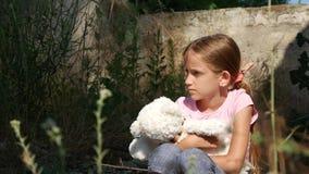 Ορφανό λυπημένο παιδί στο εγκαταλειμμένο κατεδαφισμένο σπίτι, δυστυχισμένο περιπλανώμενο κορίτσι, άστεγο 4K φιλμ μικρού μήκους