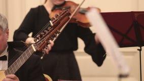 Ορχήστρα αιθουσών Ένα βιολί παιχνιδιού γυναικών και ένα λαγούτο παιχνιδιού ανδρών απόθεμα βίντεο