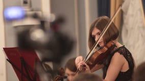 Ορχήστρα αιθουσών Ένα νέο βιολί παιχνιδιού γυναικών Λήξη του μέρους της φιλμ μικρού μήκους