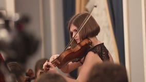 Ορχήστρα αιθουσών Ένα νέο βιολί παιχνιδιού γυναικών φιλμ μικρού μήκους