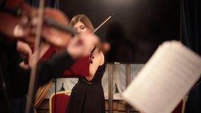 Ορχήστρα αιθουσών Βιολιστές που παίζουν την κλασική απόδοση μουσικής φιλμ μικρού μήκους