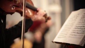 Ορχήστρα αιθουσών Υπεράσπιση ατόμων και βιολί παιχνιδιού τις σημειώσεις απόθεμα βίντεο