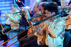 Ορχήστρα με τα μουσικούς όργανα και τους εκτελεστές κατά τη διάρκεια της απόδοσης Στοκ εικόνες με δικαίωμα ελεύθερης χρήσης