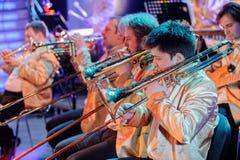 Ορχήστρα με τα μουσικούς όργανα και τους εκτελεστές κατά τη διάρκεια της απόδοσης Στοκ φωτογραφία με δικαίωμα ελεύθερης χρήσης