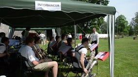 Ορχήστρα μουσικών bigband με την τζαζ παιχνιδιού bandleader φιλμ μικρού μήκους