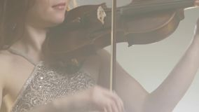 Ορχήστρα, παιχνίδι μουσικών στο βιολί-τόξο σε φιλαρμονικό φιλμ μικρού μήκους