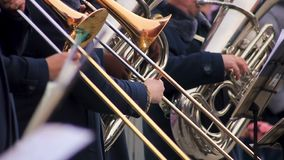 Ορχήστρα που αποδίδει υπαίθρια, συναυλία φιλανθρωπίας στο τετράγωνο πόλεων, χειμερινές διακοπές φιλμ μικρού μήκους