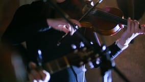 Ορχήστρα ροκ - γυναίκα που παίζει το βιολί στη συναυλία βράχου απόθεμα βίντεο
