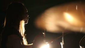 Ορχήστρα ροκ που αποδίδει στο συγκρότημα ροκ σκηνικού βαρύ μετάλλου απόθεμα βίντεο