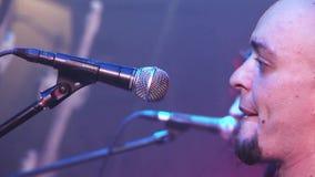 Ορχήστρα ροκ Kukryniksy που αποδίδει στο στάδιο του νυχτερινού κέντρου διασκέδασης Επίκεντρα μουσικοί Κιθαρίστας Soloist απόθεμα βίντεο