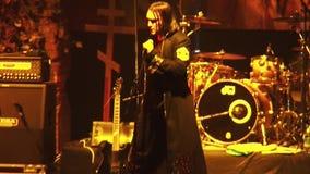 Ορχήστρα ροκ Kukryniksy Soloist που αποδίδει στο στάδιο του νυχτερινού κέντρου διασκέδασης Επίκεντρα τυμπανιστής χορός απόθεμα βίντεο