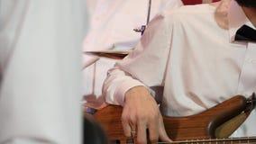Ορχήστρα της Jazz στα άσπρα πουκάμισα που παίζει το φεστιβάλ φιλμ μικρού μήκους