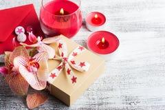 Ορχιδέες, κιβώτιο δώρων τεχνών και αναμμένα κεριά στοκ φωτογραφία