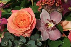 Ορχιδέες και τριαντάφυλλα στη νυφική ανθοδέσμη Στοκ εικόνες με δικαίωμα ελεύθερης χρήσης
