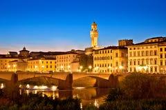 Ορόσημα προκυμαιών και της Φλωρεντίας ποταμών Arno που εξισώνουν την άποψη στοκ φωτογραφίες με δικαίωμα ελεύθερης χρήσης