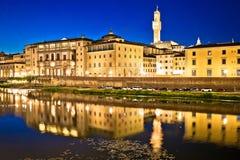 Ορόσημα προκυμαιών και της Φλωρεντίας ποταμών Arno που εξισώνουν την άποψη στοκ εικόνα