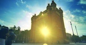 Ορόσημα της Βαρκελώνης Ακτίνες ήλιων στη θριαμβευτική αψίδα στη Βαρκελώνη, Ισπανία απόθεμα βίντεο