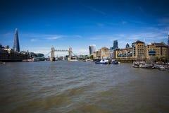 Ορόσημα του Λονδίνου που αντιμετωπίζονται από τον ποταμό Τάμεσης στοκ φωτογραφία