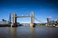 Ορόσημα του Λονδίνου που βλέπουν από τον ποταμό Τάμεσης στοκ εικόνες