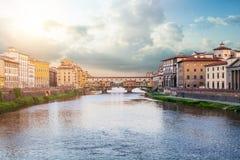 Ορόσημα Φλωρεντιών Άποψη της γέφυρας Ponte Vecchio πετρών και του ποταμού Arno από την ιερή γέφυρα τριάδας Ponte Santa Trinita στοκ εικόνες