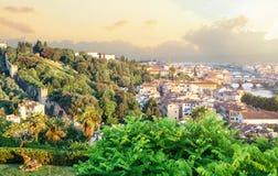 Ορόσημα Φλωρεντιών Εικονική παράσταση πόλης οριζόντων της Φλωρεντίας Ιταλία με τη γέφυρα και τον ποταμό Arno Ponte Vecchio Ηλιόλο στοκ φωτογραφία με δικαίωμα ελεύθερης χρήσης