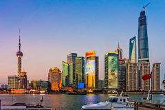 Ορόσημα Pudong το βράδυ στοκ εικόνες