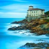 Ορόσημο κάστρων Boccale στο βράχο και τη θάλασσα απότομων βράχων. Τοσκάνη, Ιταλία. Λ Στοκ Εικόνες
