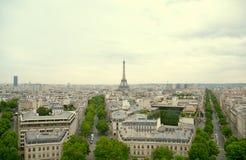 Ορόσημο πύργων του Άιφελ, άποψη από Arc de Triomphe εικονική παράσταση πόλης γεφυρών πέρα από το απλάδι του Παρισιού Στοκ φωτογραφία με δικαίωμα ελεύθερης χρήσης