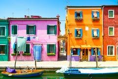Ορόσημο της Βενετίας, κανάλι νησιών Burano, ζωηρόχρωμες σπίτια και βάρκα, Στοκ Εικόνες