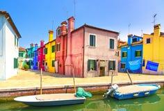 Ορόσημο της Βενετίας, κανάλι νησιών Burano, ζωηρόχρωμες σπίτια και βάρκες, Στοκ Εικόνα