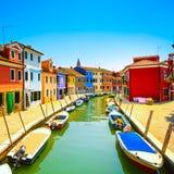 Ορόσημο της Βενετίας, κανάλι νησιών Burano, ζωηρόχρωμες σπίτια και βάρκες, Στοκ Εικόνες