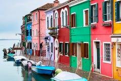 Ορόσημο της Βενετίας, νησί Burano, ζωηρόχρωμες σπίτια και βάρκες Στοκ φωτογραφίες με δικαίωμα ελεύθερης χρήσης