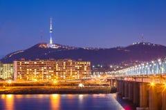 Ορόσημο της Κορέας και γέφυρα και ποταμός Han, πύργος ν Σεούλ τη νύχτα, Στοκ Φωτογραφίες