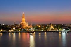Ορόσημο της Ταϊλάνδης, Wat Arun - ο ναός του μετώπου νερού της Dawn στο λυκόφως Στοκ Εικόνες